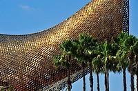 Escultura Fish Frank Owen Gehry y palmeras de abanico mejicana Washingtonia robusta, Marina village, Barcelona, Catalunya, España.