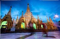 Shwedagon Pagoda, Yangon´s greatest temple, by dusk