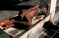 A naked man is sleeping  He is a jaïn monk belonging to the digambar sect  From India