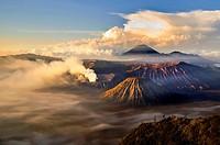 Sunrise over the volcanoes (from mount Penanjakan). Indonesia, Java, Jawa Timur, Bromo-Tengger-Semeru National Park. (/Julien Garcia)
