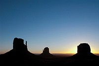 USA, Utah, Monument Valley Navajo Tribal Park, West and East Mittens (left), Merrick Butte (right).