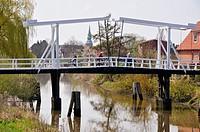 Hogendiekbrücke, Fußgängerbrücke über die Lühe mit Blick auf den Ort Steinkirchen, Landkreis Stade, Niedersachsen.