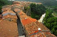 View of Castellfollit de la Roca, town located over a basaltic cliff, and Fluvia River, La Garrotxa Natural Park, Girona, Cataluña, Spain