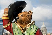Paddington Bear Statue ´Shakesbear´ part of the The Paddington Trail, located next to Shakespeare´s Globe theatre by the River Thames, Bankside, Londo...