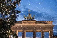 brandenburger tor and snow at christmas in berlin.