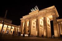brandenburger gate in berlin by night.