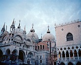 Saint Mark´s Basilica left and the Doge´s Palace or Palazzo Ducale right at dusk, St Marks Square, Venice, Italy, Europe