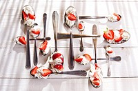 Presentation of the strawberries with cream spoons on various.