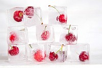 Presentations with ice cubes in cocktail cherries for summer.