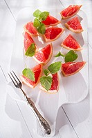 Presentation on cutting red grapefruit segments.
