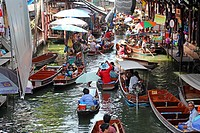 Damnoen Saduak Floating Market, Ratchaburi near Bangkok, Thailand .