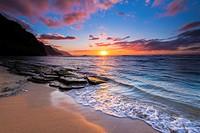 Sunset over the Na Pali Coast from Ke´e Beach, Haena State Park, Kauai, Hawaii.