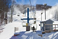 A chairlift and skiers on piste in Gatlinburg, in the region of Teneesee, in the USA.