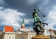 Poland, Greater Poland, Poznan, Old Town, Market Square, Fountain of Neptune and Town Hall.