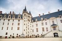 El castillo de los Duques de Bretaña es una antigua fortaleza medieval y palacio ducal situado en la ciudad de Nantes, en la región francesa de Países...