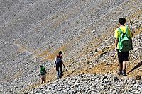 Trekkers near Collado del Ibón. Macizo de Cotiella. Valle de Gistaín. Pyrenees Mountains. Huesca Province. Aragón. Spain.