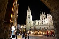 Night view of the King San Fernando Square and the Santa Iglesia Catedral Basilica Metropolitana de Santa María from the Arch of Santa María. Burgos, ...