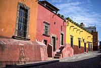 Street with colourful colonial houses, San Miguel de Allende, a colonial-era city, Bajío region, Central Mexico.