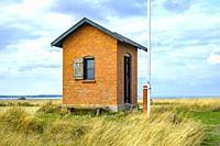 Old historic pilot house on Nyord Island north of Moen, Denmark, Scandinavia, Europe. Altes historisches Lotsenhaus auf der Insel Nyord nördlich von M...