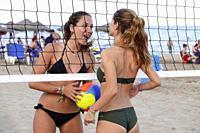 Chicas jugando al voleybol en la playa,Peñiscola,Castellon,.España.