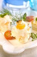 Tartaleta de brandada de bacalao con huevo de codorniz y salsa holandesa