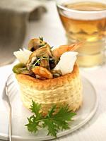 Tartaleta de gambas, bacalao, champinones y queso rallado
