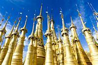 Myanmar (ex Birmanie). Inle lake. Shan state. Shwe Indein Pagoda.