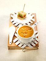 sopa fria de tomate asado con mini sandwich.
