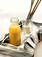 zumo de mango y melocoton con grisines rebozados de coco rallado.