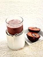 zumo de uva negra con ciruelas caramelizadas.