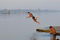 India, Madhya Pradesh, Maheshwar, Morning ablutions in the Narmada river .