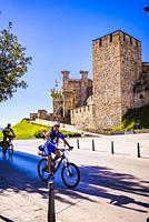 Pilgrims cyclists in the background the Templar Castle, built in the 12th century. Ponferrada, El Bierzo, Leon, Castile and Leon, Spain, Europe.
