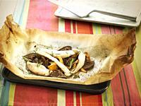 papillote de lenguado con setas estofadas / sole papillote with stewed mushrooms