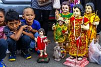 Local Children Wait With Their Santo Nino Statues For The Arrival By Sea Of The Replica Santo Nino De Cebu, The Fluvial Procession, Dinagyang Festival...