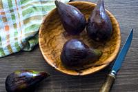 Figs in booden bowl
