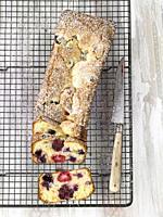 Bizcocho de chocolate blanco y frutos rojos / White chocolate and red fruit sponge cake