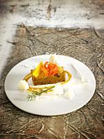 Bizcocho de zanahoria con crema de naranja y helado de coco / Carrot sponge cake with orange cream and coconut ice cream