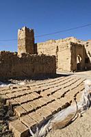 ladrillos de adobe para construccion, kasbah de Ifri, valle del río Ziz, cordillera del Atlas, Marruecos, Africa.