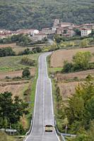 furgoneta solitaria en la carretera, Campezo, Cuadrilla de Campezo-Montaña Alavesa, Alava, Spain.