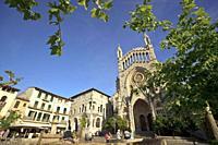 Iglesia parroquial de San Bartolome, original del siglo XII, reconstrucciones del siglo XVII y siglo XX. Plaça constitució. Soller. Mallorca. Islas Ba...