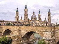 Puente de piedra y Basílica de Nuestra Señora del Pilar. Zaragoza. Aragón. España.