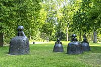 Die Skulpturengruppe Las Meninas im Hofgarten Landeshauptstadt Duesseldorf, Nordrhein-Westfalen, Deutschland, Europa   Tthe Las Meninas sculptures at ...