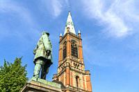 Bismarck-Denkmal vor der evangelischen Johanneskirche auf dem Martin-Luther-Platz, Landeshauptstadt Duesseldorf, Nordrhein-Westfalen, Deutschland, Eur...