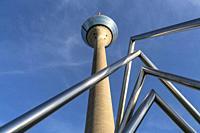 Fernsehturm Rheinturm und Energie-Pyramide am Parlamentsufer, Landeshauptstadt Duesseldorf, Nordrhein-Westfalen, Deutschland, Europa   Rhine Tower tel...