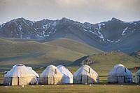 Kirghizistan, province de Naryn, le lac de Song Kol, campements de yourte des nomades Kirghiz/ Kyrgyzstan, Naryn province, Song Kol lake, Kirghiz noma...