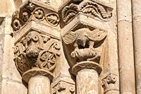 Capiteles de un ventanal de la Iglesia de la Natividad de Nuestra Señora (Añua). Elburgo. Ã. lava. País Vasco. España.