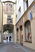 Porte Ragen a l'extremite de la Via Centrale, donnant acces au quartier Oberrragen, Brunico, Province de Bolzano, Region du Trentin-Haut-Adige, Tyrol ...