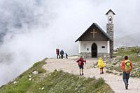 Cappella degli Alpini dans la brume, Parc naturel des Tre Cime (Drei Zinnen), Dobbiaco, Region du Trentin-Haut-Adige, Tyrol du Sud, Italie, Europe du ...