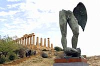 TOURISTS VISITING THE RUINS OF THE TEMPLE OF JUNO / HERA IN THE SITE OF ANCIENT AKRAGAS,NEAR MODERN AGRIGENTO IN ITALY, SICILY.