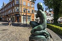 Statue einer jungen Frau in der Fussgängerzone von Svendborg, Dänemark, Europa | statue of a young woman at the pedestrian zone, Svendborg, Denmark, E...